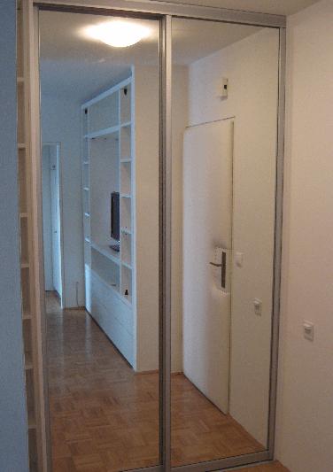 ločena vgradna omara v dnevni sobi