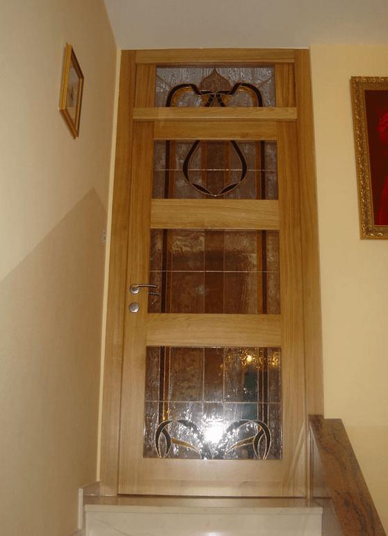 masivna notranja vrata na stopnicah
