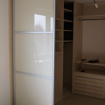 4 primeri izdelanih garderobnih sob