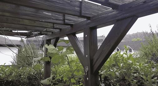 dotrajana stara lesena pergola