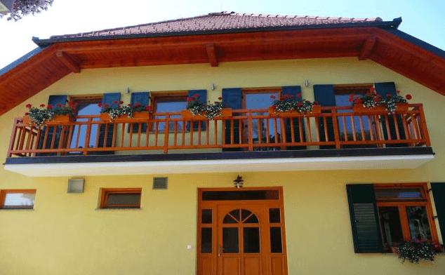 enostavna balkonska lesena ograja