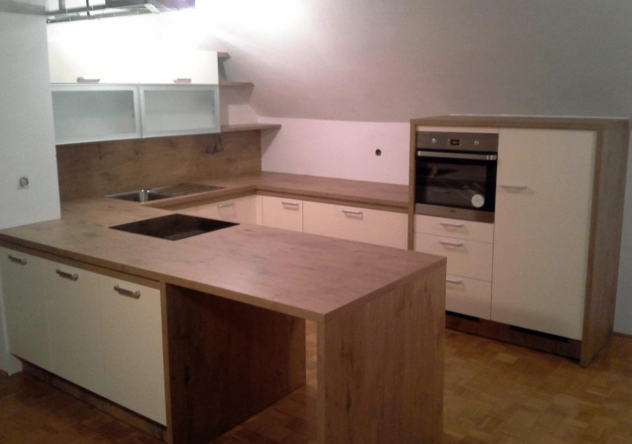 mansardna kuhinja v obliki črke U