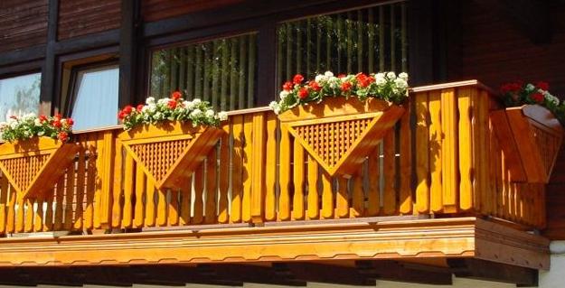 okrasna balkonska lesena ograja