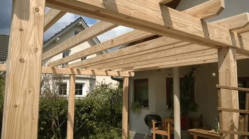 pokrita lesena terasa s pergolo