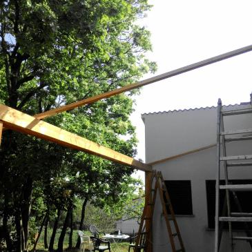 Postavljanje lesenega nadstreška za teraso ob apartmaju na morju