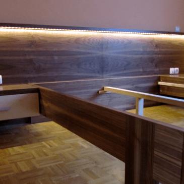 4 primeri po naročilu izdelanih modernih, masivnih lesenih postelj