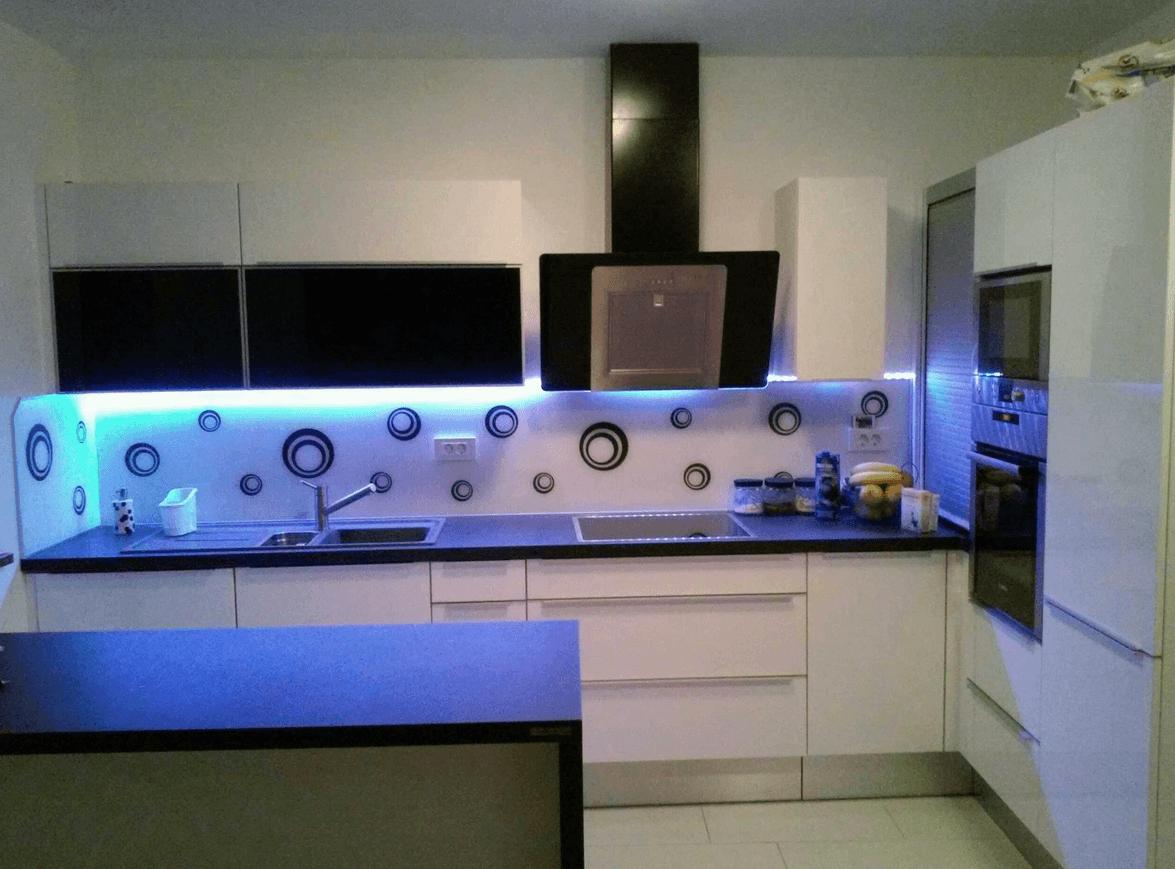 manjša moderna kuhinja