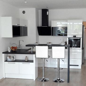 Moderna, črno bela kuhinja v blokovskem stanovanju