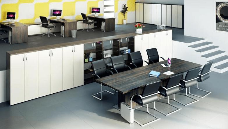 moderna pisarna s konferenčno mizo