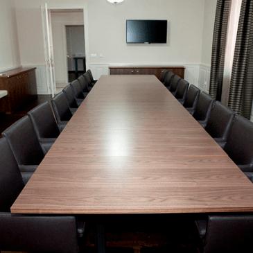 Opremljanje konferenčne sobe s pohištvom po meri