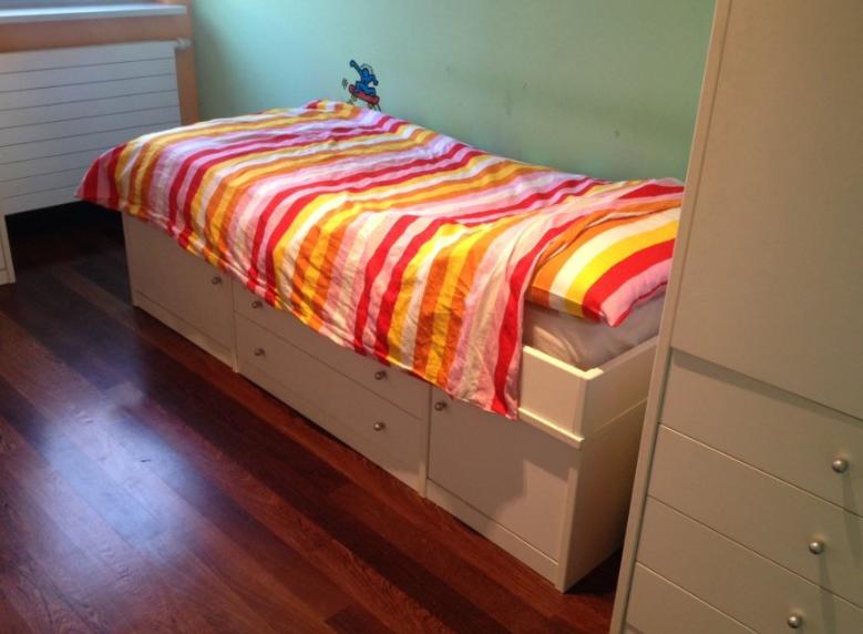 posteljni okvir s štirimi predali