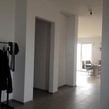 Pregradna vrata za hodnik, ki dajejo videz vgradne omare