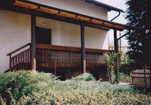 balkonska-ograja-pod-vhodnim-nadstreškom-300x209
