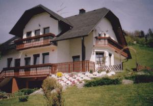 Trije starejši primeri izdelanih večjih balkonskih ograj