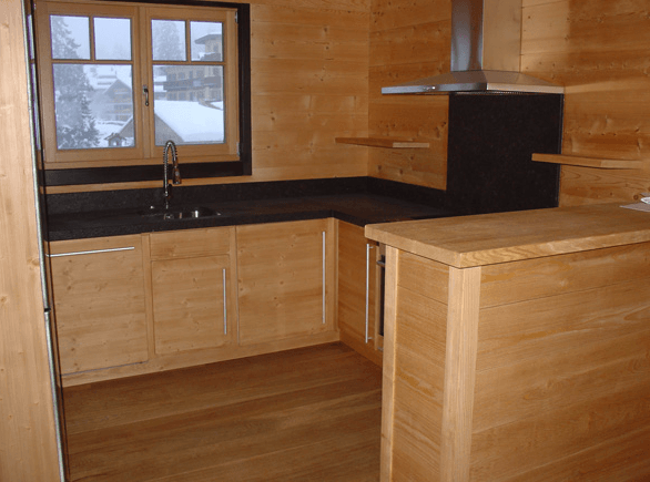 kuhinja iz naravnega lesa v obliki črke U