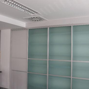 Vgradne omare z drsnimi vrati iz stekla
