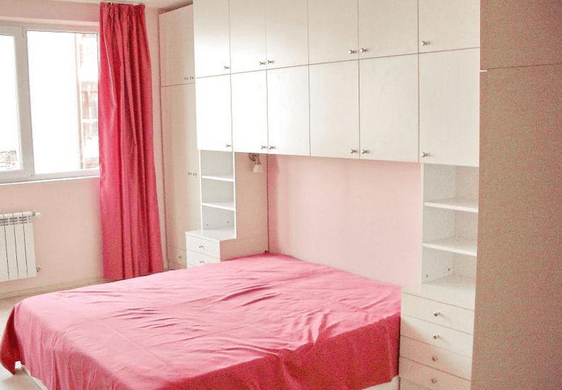 spalnica z mostom več omar