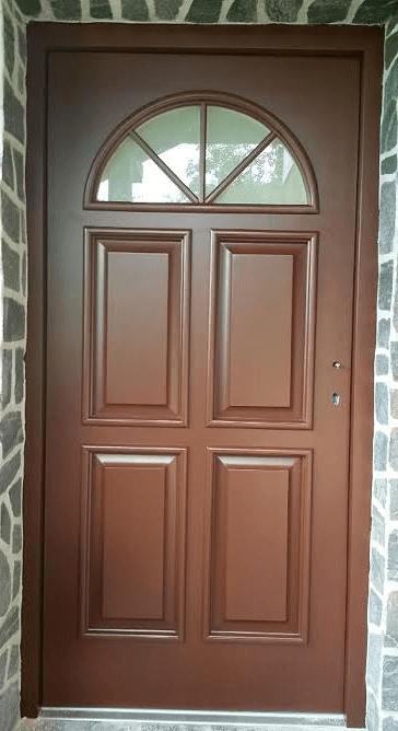 zunanja lesena vhodna vrata z nadsvetlobo