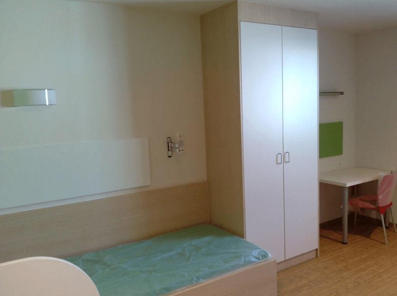garderobna omara v bolniški sobi