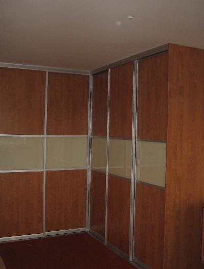 kotna vgradna omara za spalnico