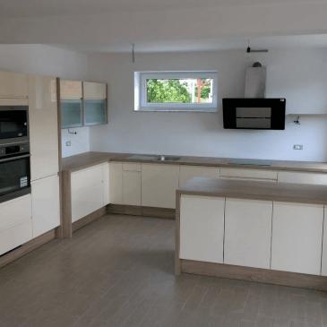 3 primeri razporeditve elementov v večjih kuhinjah