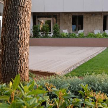 Izdelava zunanje lesene terase ob hotelu