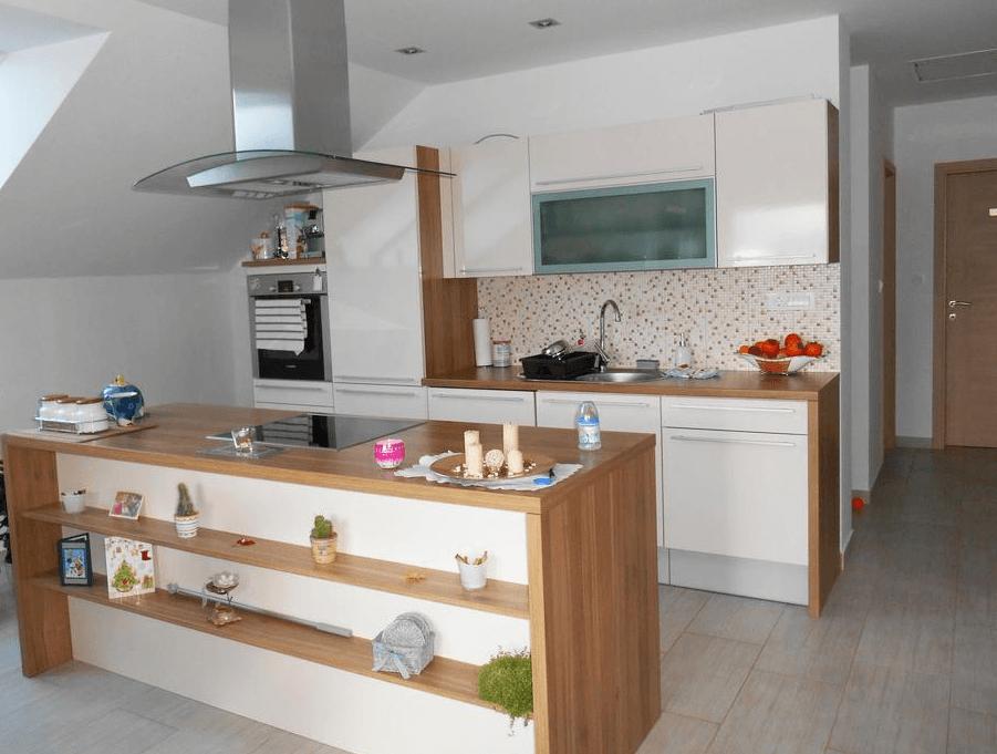 dvovrstna kuhinja v mansardnem stanovanju