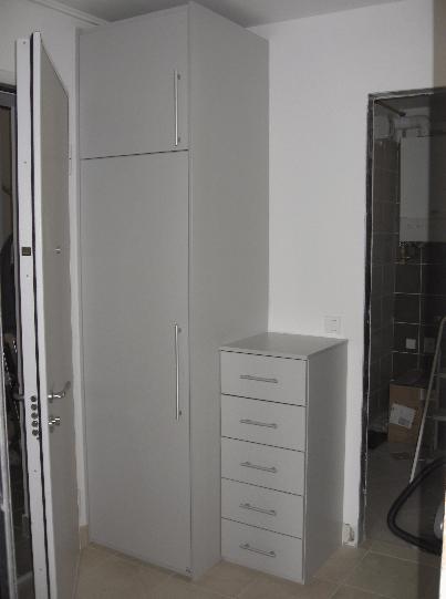 garderobna omara za predprostor z dodatnim regalnikom