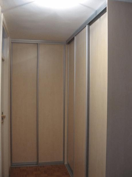 kotna garderobna omara v predprostoru