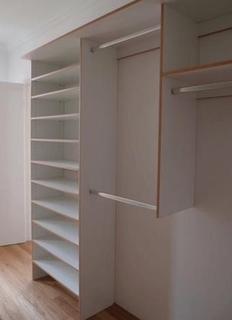 ožje omare v garderobni sobi
