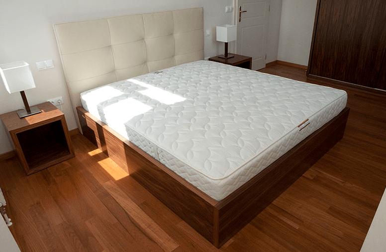 postelja v hotelski sobi