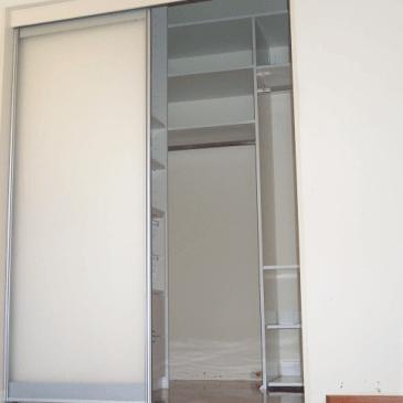 8 trikov kako do resnično poceni garderobne sobe