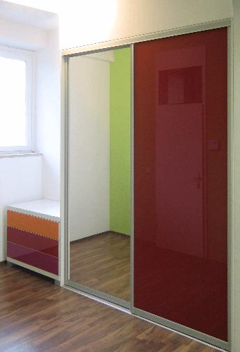 vgradna omara z dodatno komodo