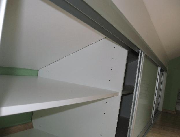 vzolžne omare v spalnici