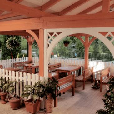 Postavljanje lesenega nadstreška za teraso kitajske restavracije