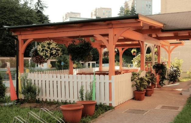 nadstrešek za gostinsko teraso iz strani