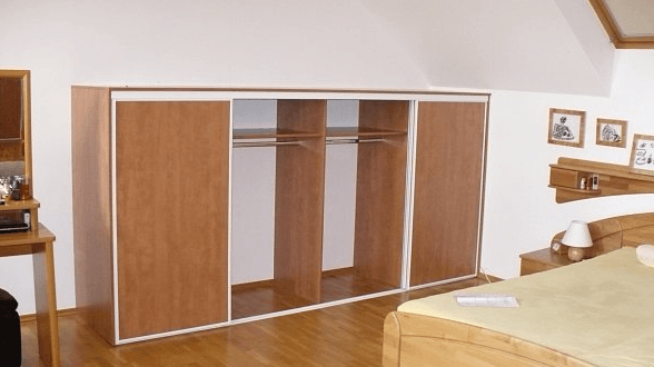 nižja garderobna omara v spalnici