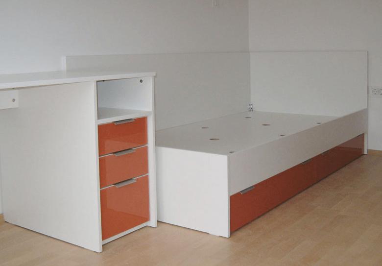 pisalna miza in postelja