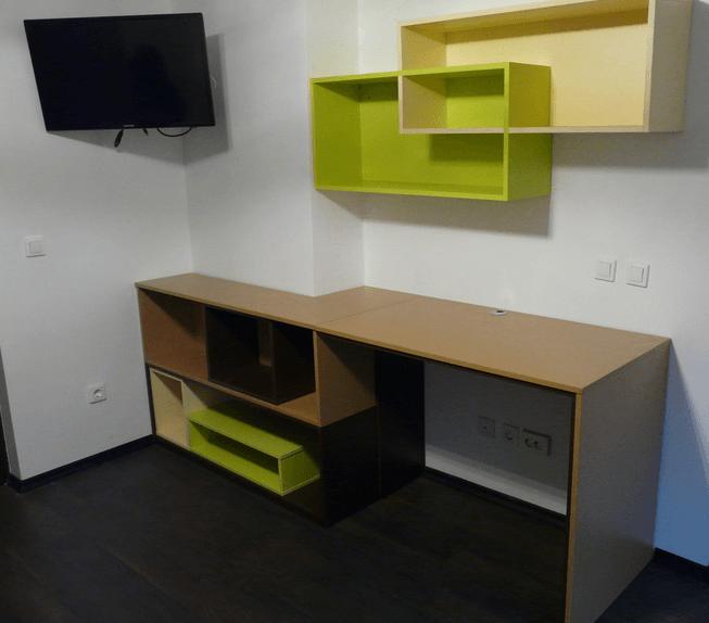 pisalna miza v mladinski sobi