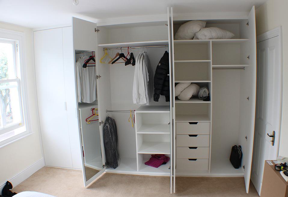 Primer garderobne omare po meri: omara je od stene do stene, tako da je prostor dobro izkoriščen, stranka si je zaželela neobičajno razporeditev notranjih elementov, vrata so krilna. http://www.jvcarpentry.com/photos/Fitted-Wardrobes-Gallery/Chiswik_hammersmith_wadrobe.JPG