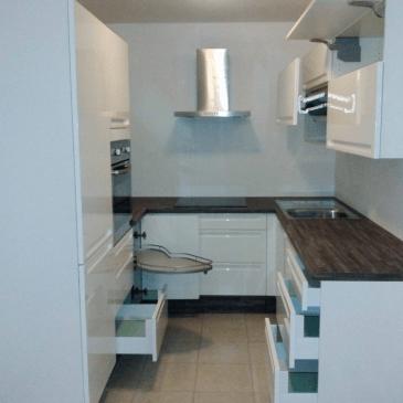 3 primeri prilagoditve kuhinj različno postavljenim stenam