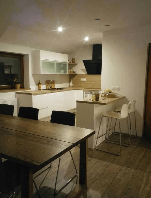 kuhinja z veliko prostora v mansardi