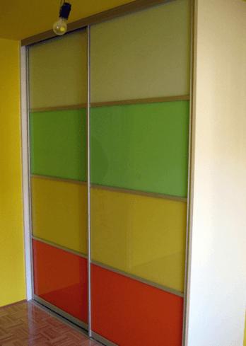 otroška omara s steklenimi vrati