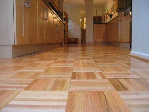 Brušenje in lakiranje parketa - primer prenovljenega parketa v kuhinji. www.touchlocal.com