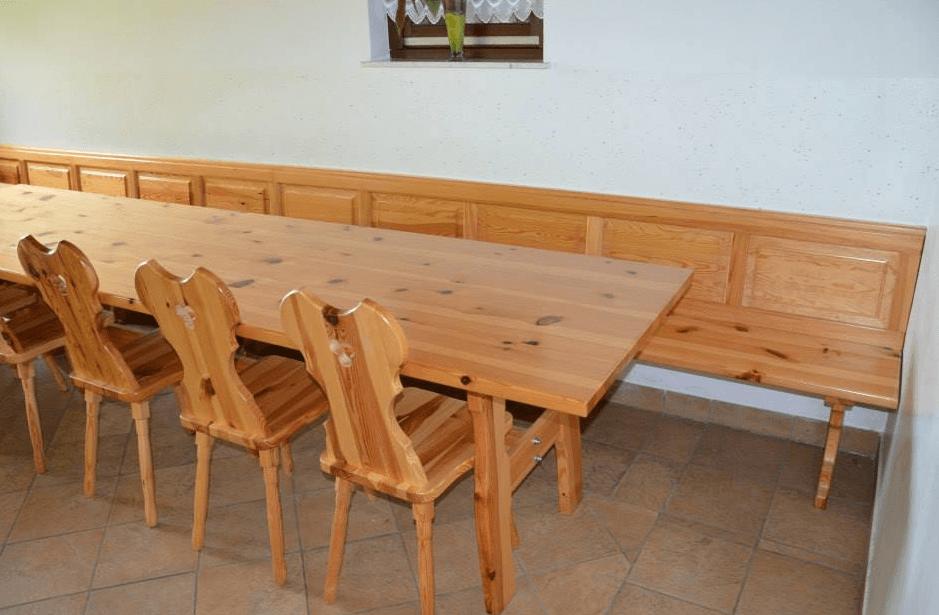 večje gostinske mize in stoli
