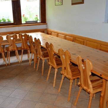 Izdelava večje gostinske mize in stolov za prostor za zaključene družbe