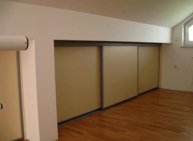 vgradna omara z drsnimi vrati v mansardi