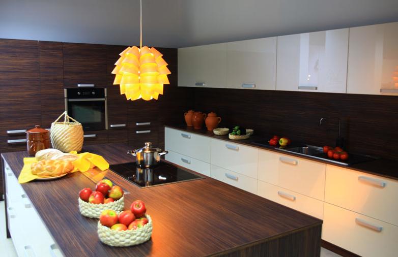 visoko sijajna bela kuhinja in temen les