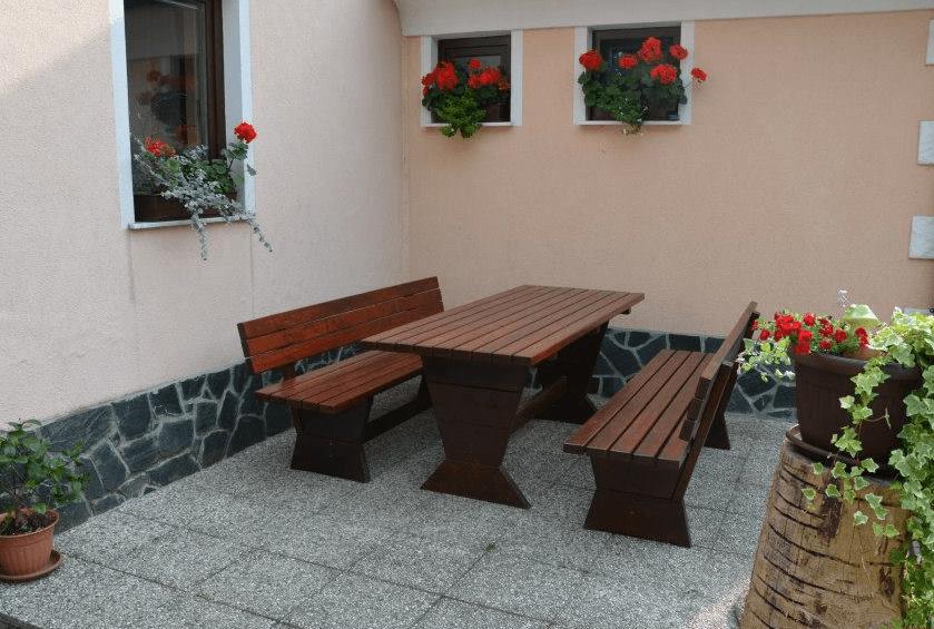 vrtne mize in klopi masiva temna barva