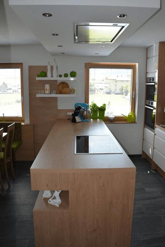 dvovrstna kuhinja ob oknu
